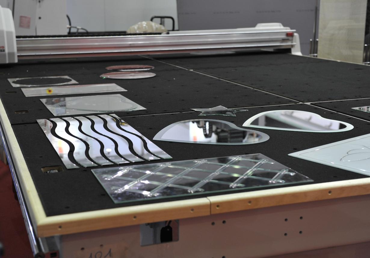 Резка зеркал на заказ от nayada glass technology цены срочно.